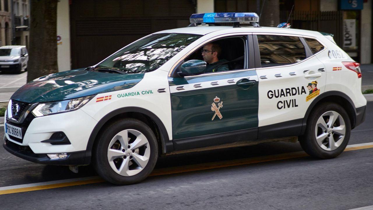 Las fotos de los coches de lujo y de quienes fueron a verlos en Monforte.Una patrulla de la Guardia Civil, en una imagen de archivo