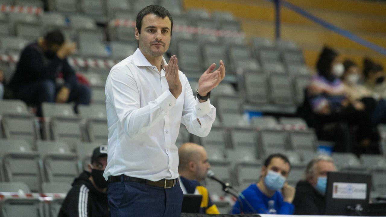 Carlos Cantero, técnico del Ensino, da unas instrucciones en un tiempo muerto en el partido ante el Kutxabank Araski
