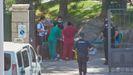 Sanitarios examinan a turistas que estuvieron en cuarentena en un hotel canario