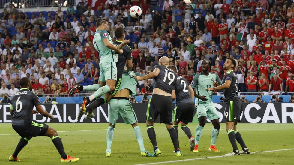 Cristiano cabecea el 1-0 para Portugal