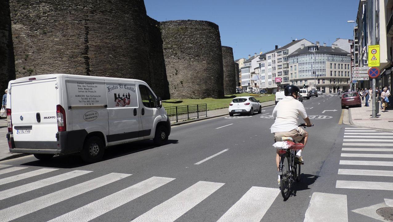 Un ciclista por la Ronda da Muralla, donde las bicicletas tienen paso preferente