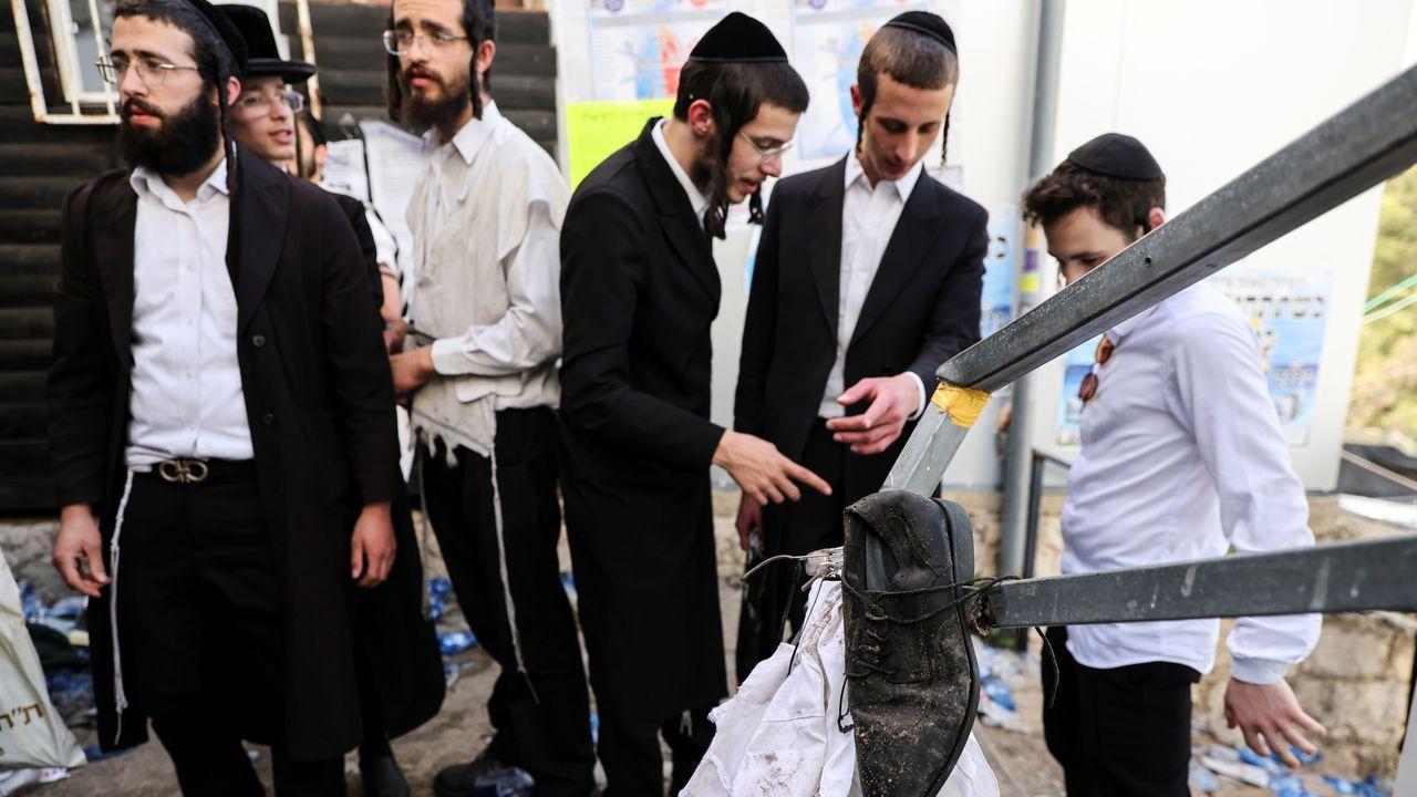 Tragedia en una fiesta ultraortodoxa en Israel.Netanyhau observa el lugar de la avalancha que acabó con la vida de 45 ultraortodoxos