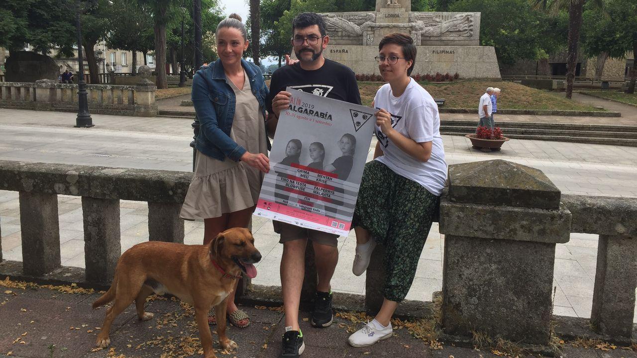 OLIVIA NEWTON JOHN HACIÉNDOSE FOTOS CON GENTE EN LA RIBEIRA SACRA
