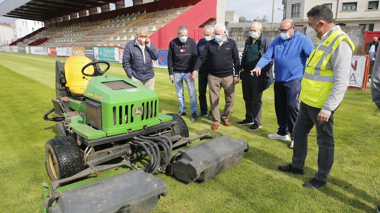 Expectación ante a chegada da máquina cortacéspede A Lomba.Los jugadores del Oviedo, en El Requexón