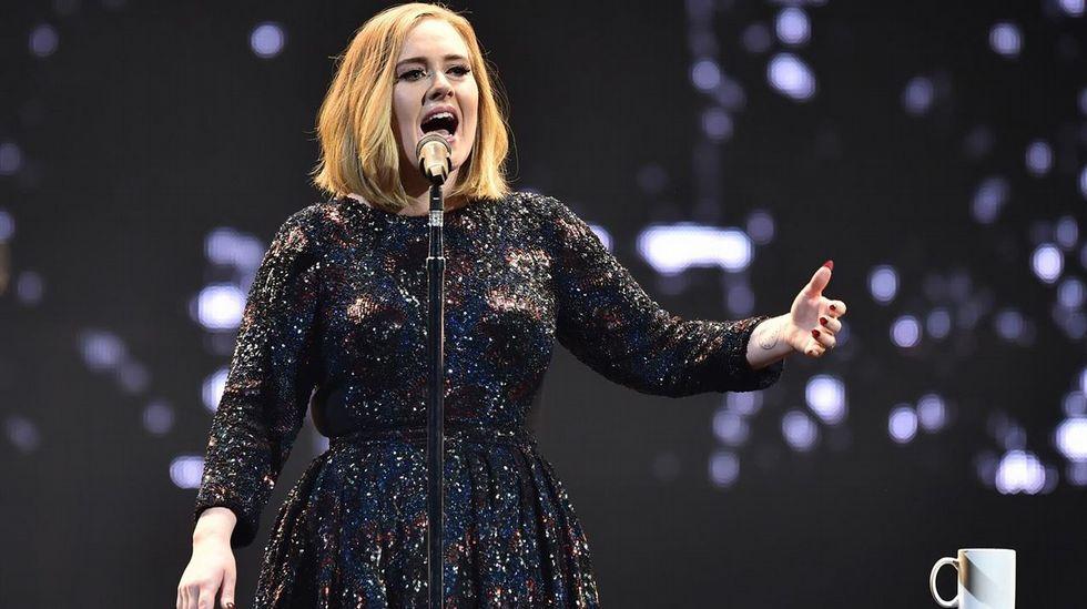 Adele llama la atención a una fan que la estaba grabando