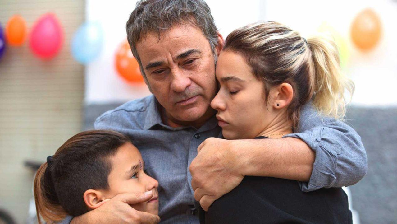 Los actores Eduard Fernández y Greta Fernández, padre e hija en la realidad y en la película «La hija de un ladrón», en un fotograma del filme