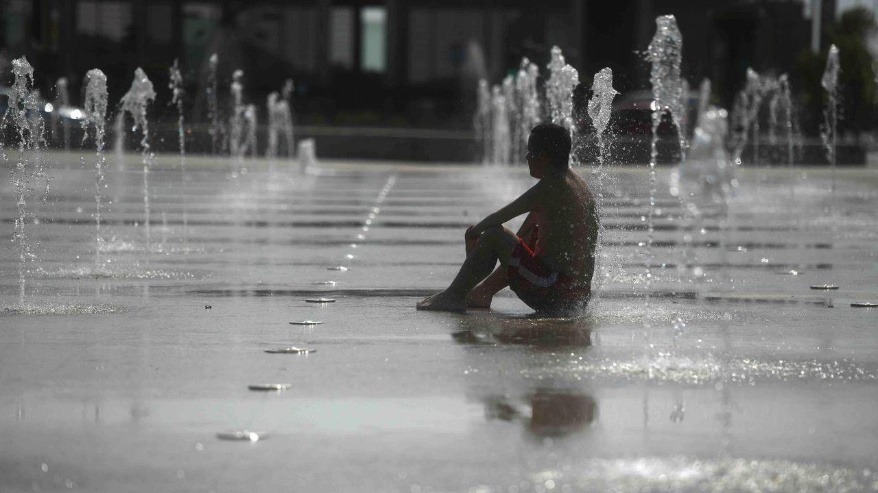 «¡Está granizando cubitos de hielo!».Un hombre se refresca en una fuente de Córdoba debido a las altas temperaturas que se han alcanzado hoy con la llegada de la primera ola de calor del verano