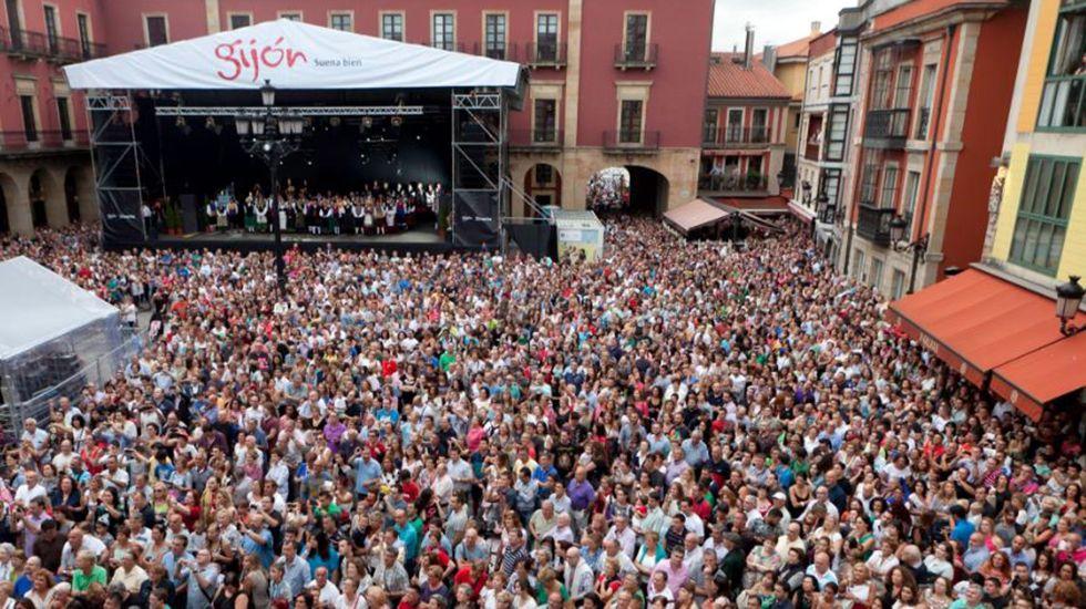 Público en la plaza Mayor durante el pregón de la Semana Grande del año pasado