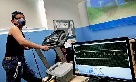 Control cardiovascular a un niño con sobrepeso en el hospital donde se prueba la camiseta.