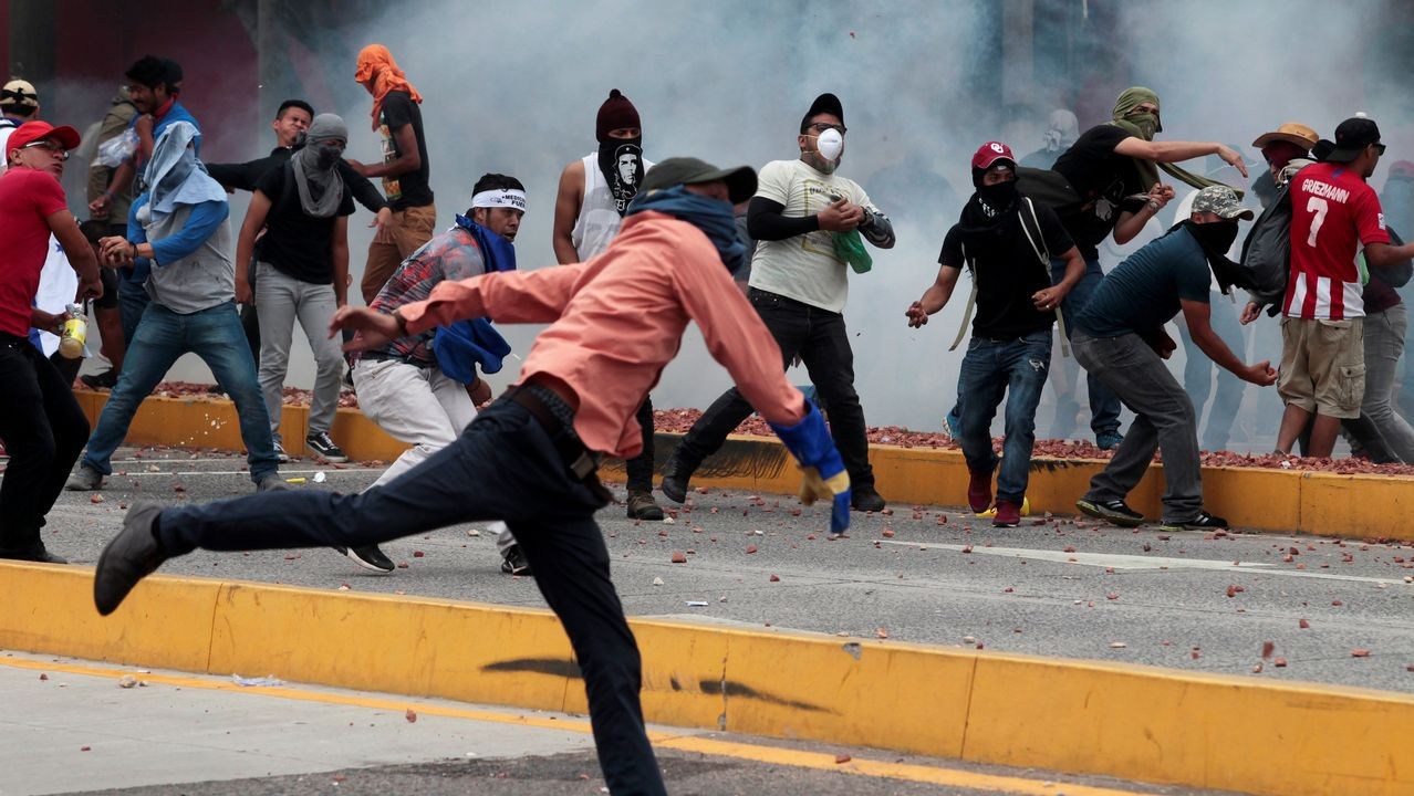 Policías mexicanos impiden a una familia de migrantes entrar por la frontera con Guatemala