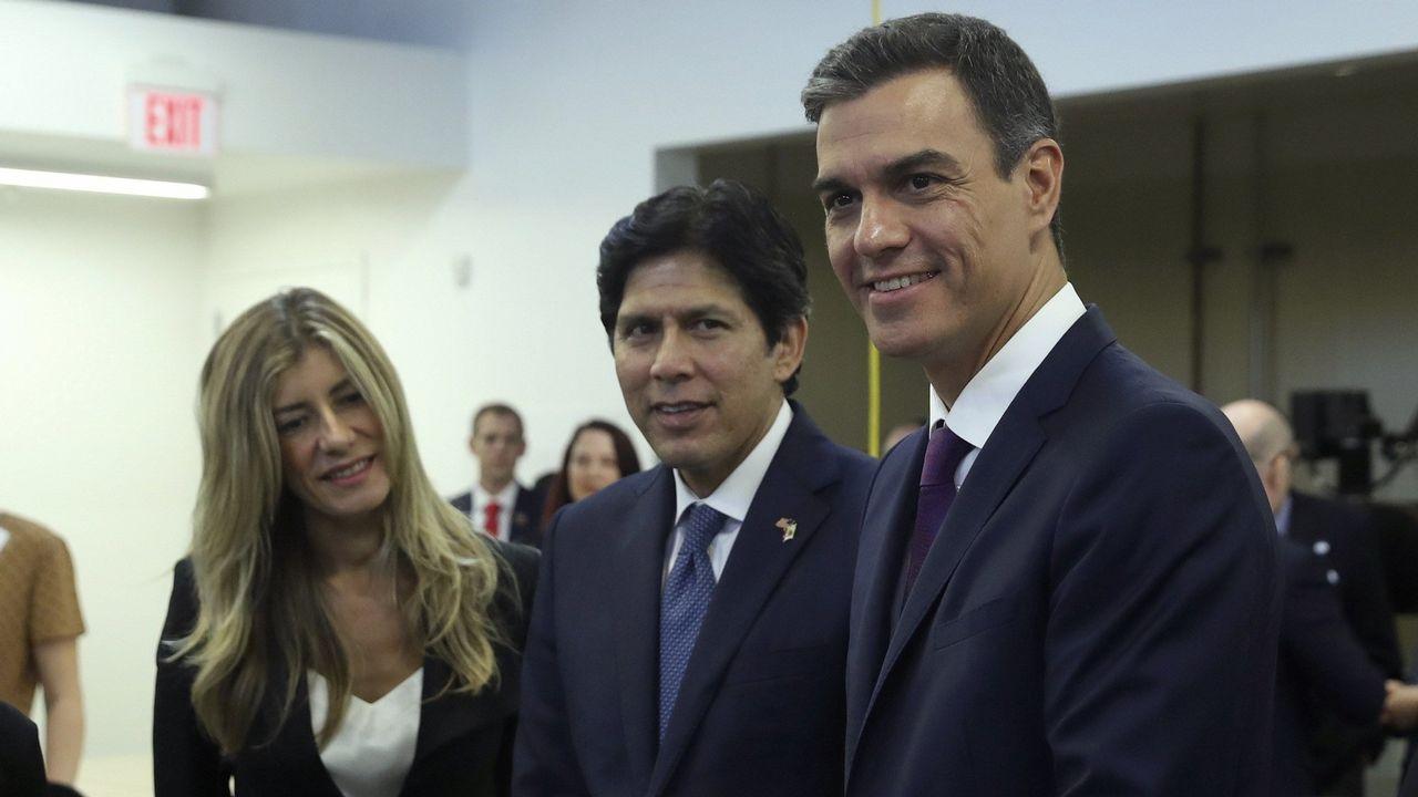 Pedro Sánchez presenta su libro acompañado por Mercedes Milá y Jesús Calleja.Pedro Sanchez y su esposa, Begoña Gómez, junto al sendor Kevin de León, en Los Ángeles