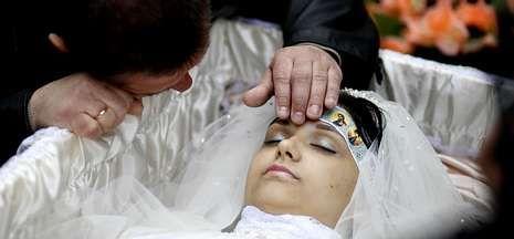 Putin preside los espectaculares desfiles militares.Yulia, muerta a los 21 años de un tiro en Kramatorsk, es acariciada por su padre.