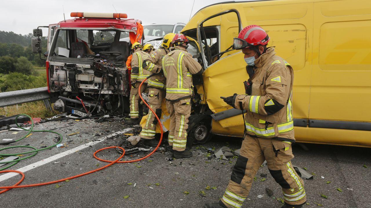 Una mujer fallecida y un herido tras chocar una furgoneta y una grúa en Vilanova.Os pequenos de Valga saíron ao Camiño