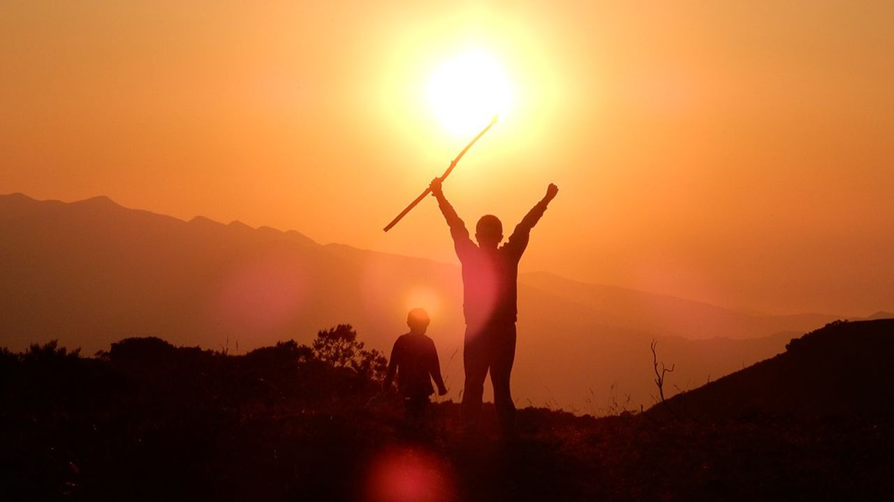 Atardecer noche niños niño montaña puesta de sol.Representantes vecinales de Imagina un Bulevar, Uniendo Barrios, Laboratorio Barrios Nuevo Gijón, Asturias por un aire sano y SOS Viejo Hospital durante la emsa redonda