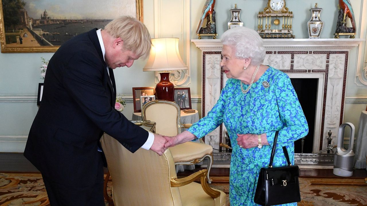 El primer día de la desescalada de los negocios no esenciales en el Reino Unido.Boris Johnson, en su primera audiencia con Isabel II en Buckingham julio del 2019