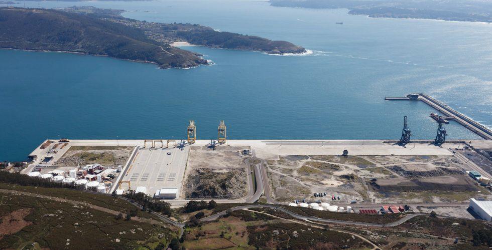 Vista aérea de las instalaciones del puerto exterior de Caneliñas, aún sin conectar por ferrocarril.