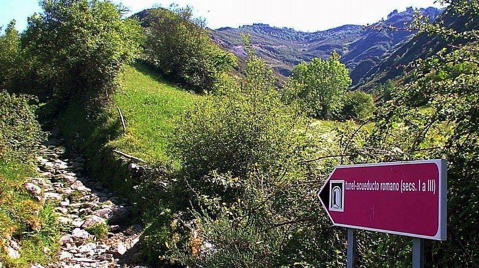Señal indicador en el camino hacia el túnel minero de Romeor, en O Courel