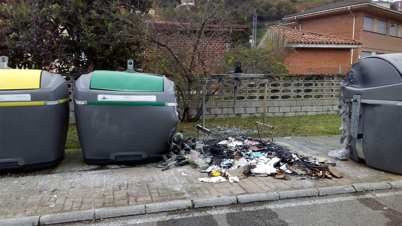 Contenedor quemado en Sama