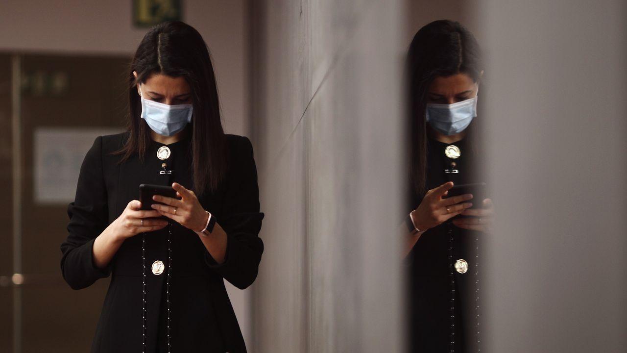 Teléfono móvil.La líder de Ciudadanos, Inés Arrimadas, en los pasillos del Congreso de los Diputados