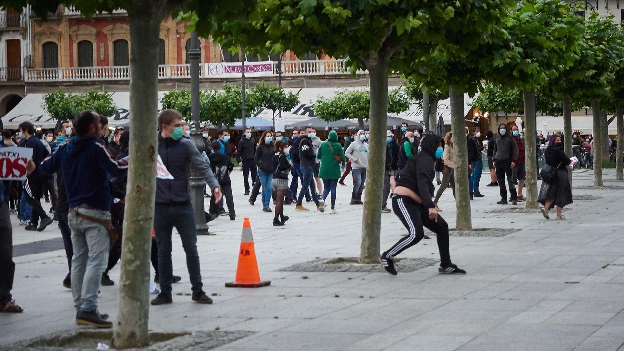 Una manifestacion ilegal de protesta y apoyo al terrorista de ETA Patxi Ruiz terminó en enfrentamientos con la policia en Pamplona