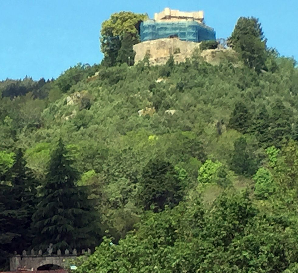J-Lo, Garcilaso de la Vega y Julio Iglesias son gallegos.El castillo de Sobroso, en Mondariz, está rodeado de andamios.