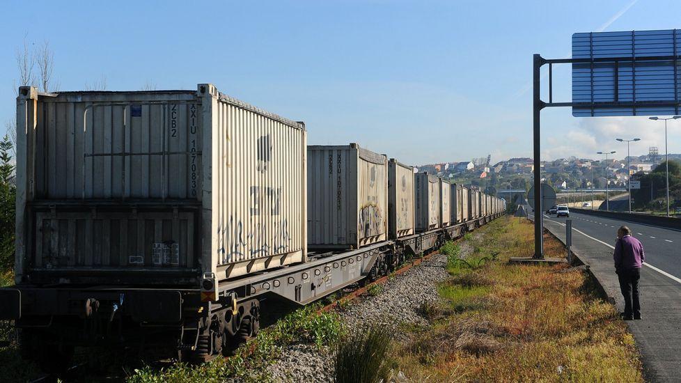 Un tren de mercancías accediendo al muelle interior