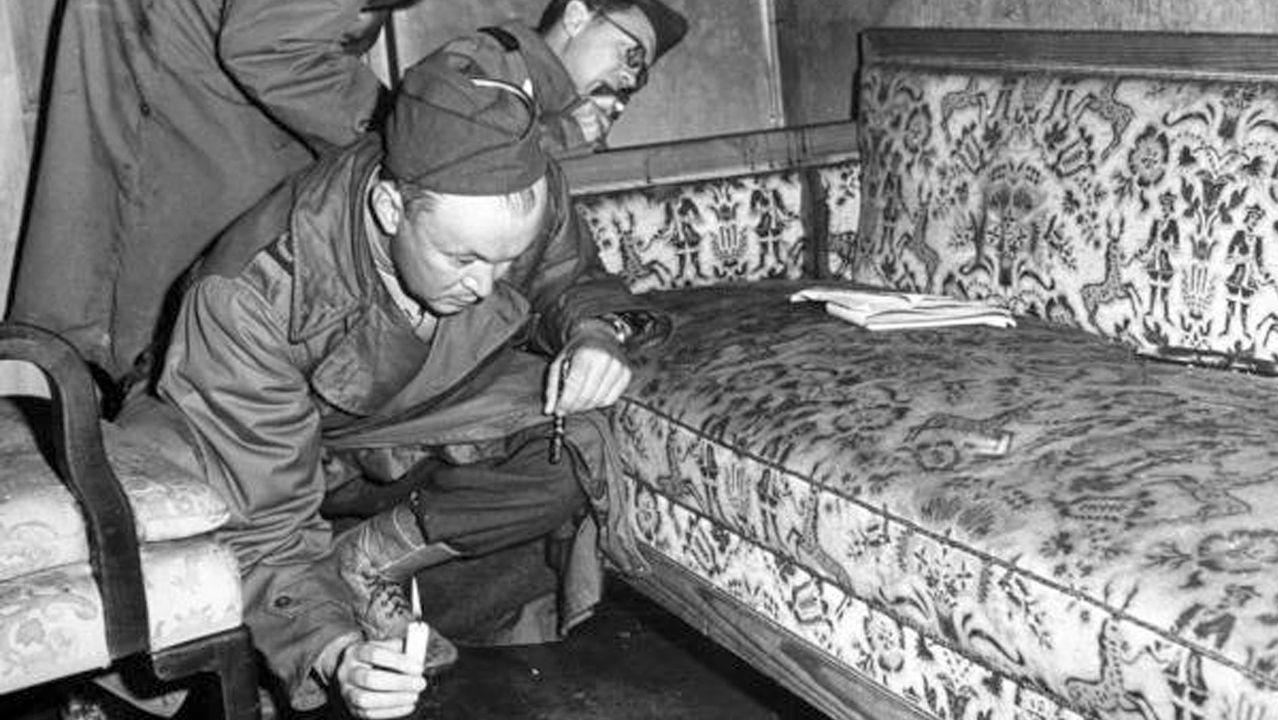 Los primeros en acceder al búnker fueron los soldados soviéticos. Allí se fotografiaron en el sofá   donde se suicidó Hitler