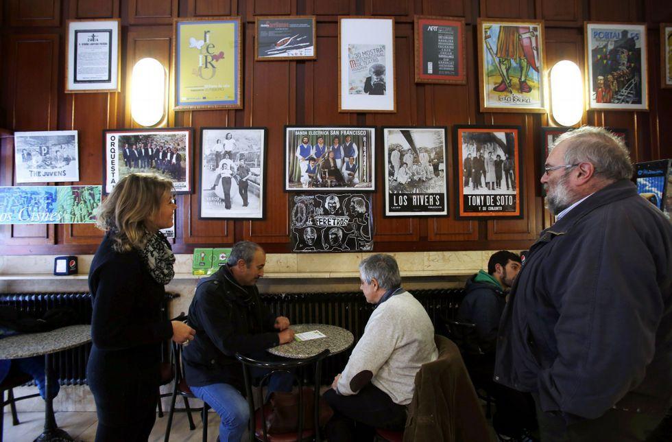 Los carteles y materiales relacionados con los grupos musicales se muestran en el bar.