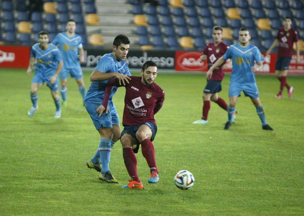 Carnero controlando un balón en el encuentro de la primera vuelta ante los de Cangas en Pasarón.