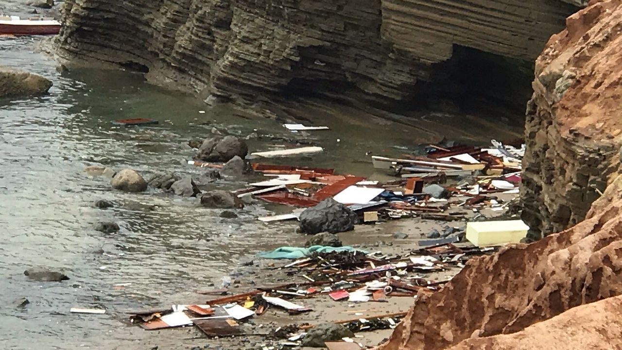 Restos de la embarcación con inmigrantes que se ha estrellado en la costa de San Diego, en Estados Unidos