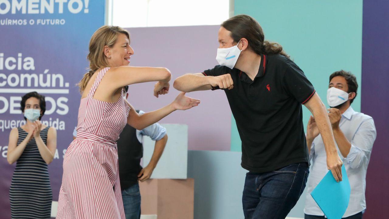 Yolanda Díaz saludando a Pablo Iglesias, con Antón Gómez Reino al fondo, durante un mitin en la campaña gallega de julio del 2020