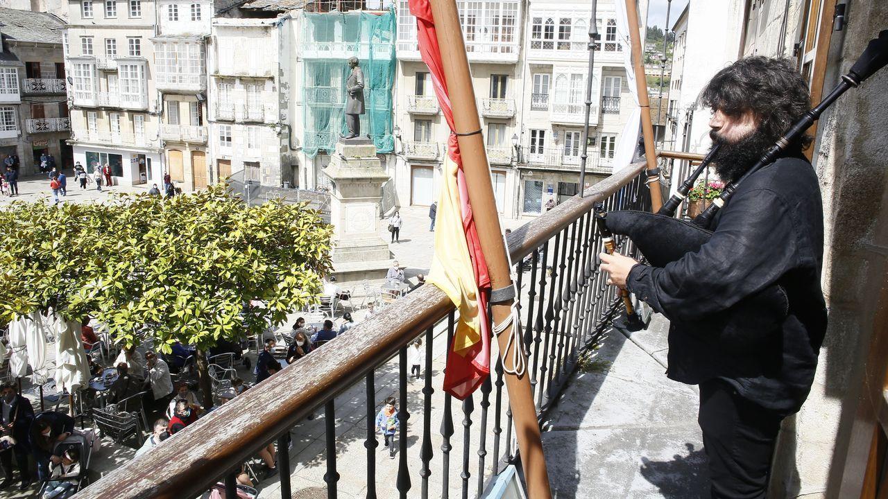 El Viveirense David Bellas, tocó en himno gallego desde el balcón del ayuntamiento.La gaita del Viveirense sonó ante decenas de personas