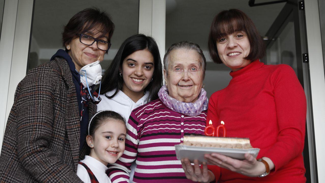 Carmen de la Iglesias, en el centro, celebra sus 90 años rodeada de las mujeres de su familia