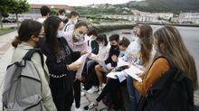 Alumnos de Viveiro repasando las asignaturas poco antes de entrar en el examen de selectividad del curso pasado