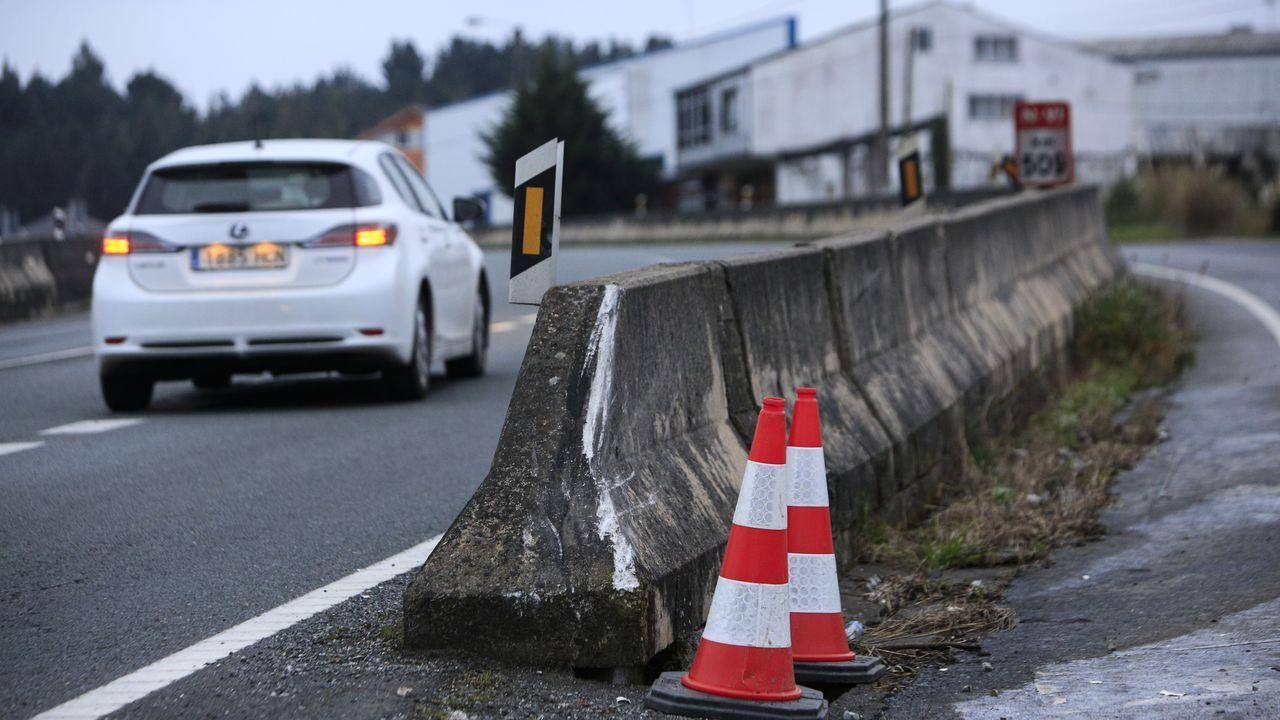 El punto en el que se estrelló el vehículo del fallecido, hoy señalizado con conos