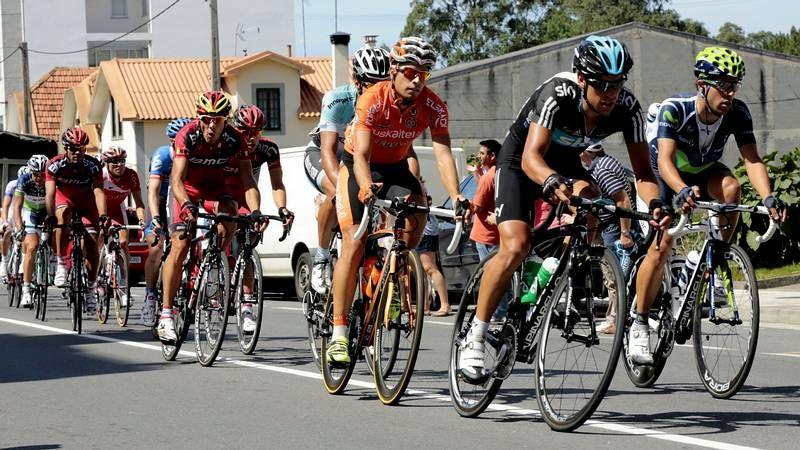 La Vuelta a España recorre la comarca.Los obsequios de los patrocinadores fueron bien recibidos entre el público.