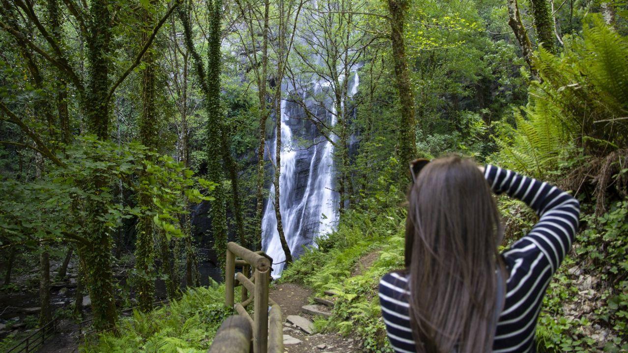 Terras de Burón, un lugar para descubrir.Los populares visitaron una de las bodegas que embotellan vino en Negueira de Muñiz