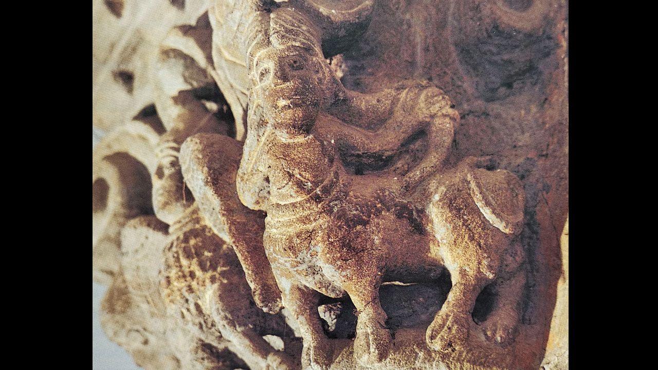 Un onocentauro, mitad hombre y mitad animal cuadrúpedo. Capitel de la iglesia de Santa María de Villanueva de Teverga