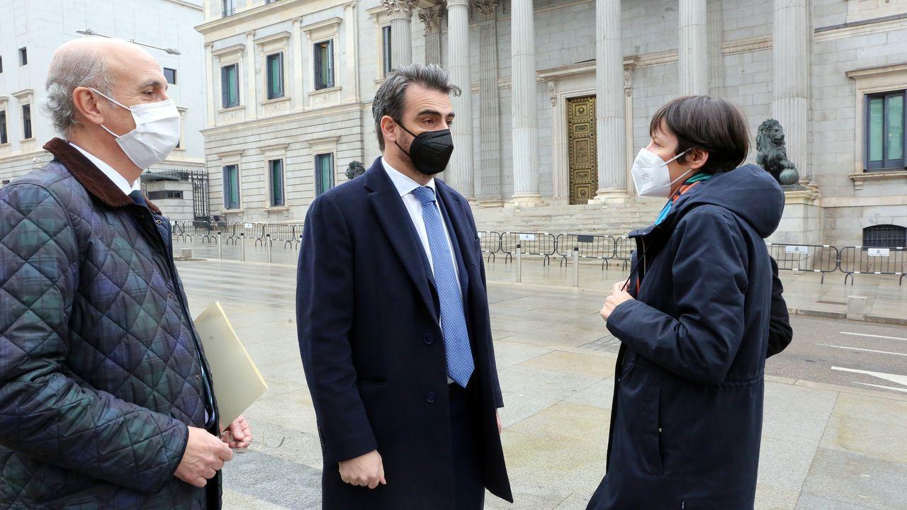 Diego Calvo, del PP, con la líder del BNG, Ana Pontón, esta mañana a las puertas del Congreso, antes del debate. A su lado, el diputado popular Celso Delgado