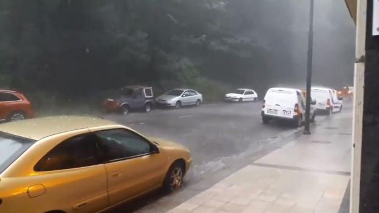 Increíble tormenta durante la tarde en Asturias.Personal de los equipos de socorrismo de Gijón, vigilan el baño de los usuarios de la playa de San Lorenzo
