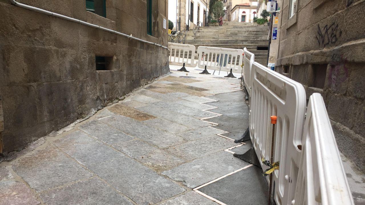 Aspecto de la rúa das Burgas, que ha sido levantada en varias ocasiones en los últimos meses para diversas actuaciones