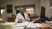 César Pereiro en su consulta, donde trata con adictos diariamente