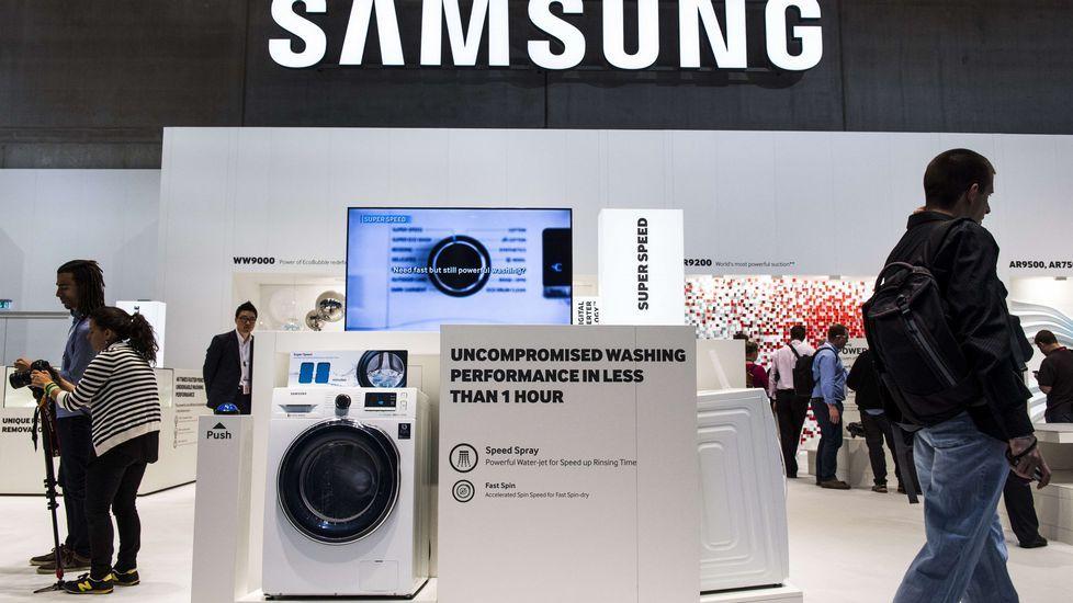 Una lavadora en la sección de elctrodomésticos de Samsung.