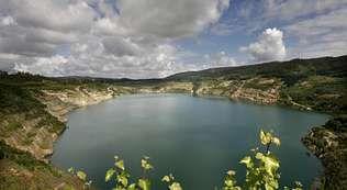 Más de dos mil personas llenaron el Pozo Sotón para rendir tributo a los mineros muertos en accidente, en un espectáculo de luces y música.El lago de Meirama, sobre la mina de lignito, comenzó a llenarse en el 2008 y ya supera el 55 % del volumen previsto.
