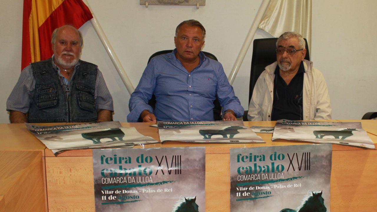 Feria de Santos Monterroso.El presidente de la Diputación y la diputada de Turismo con los propietarios de la finca comprada en Antas de Ulla