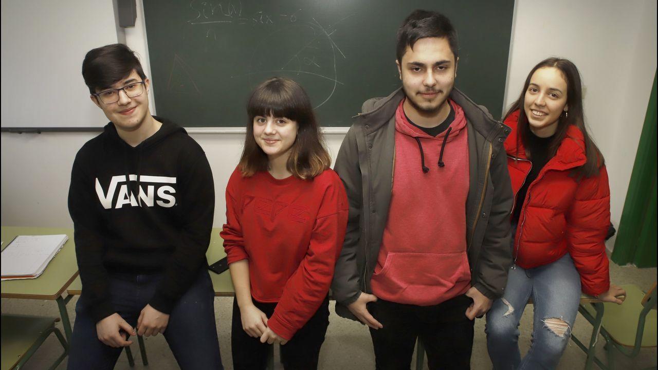 Pablo Manuel Piñeiro, segundo por la derecha, en una fotografía con sus compañeros de clase (Jorge Hermo, Miranda Carou y Marina Ramallo) con los que participó en la olimpiada matemática gallega y en la que quedó tercero.
