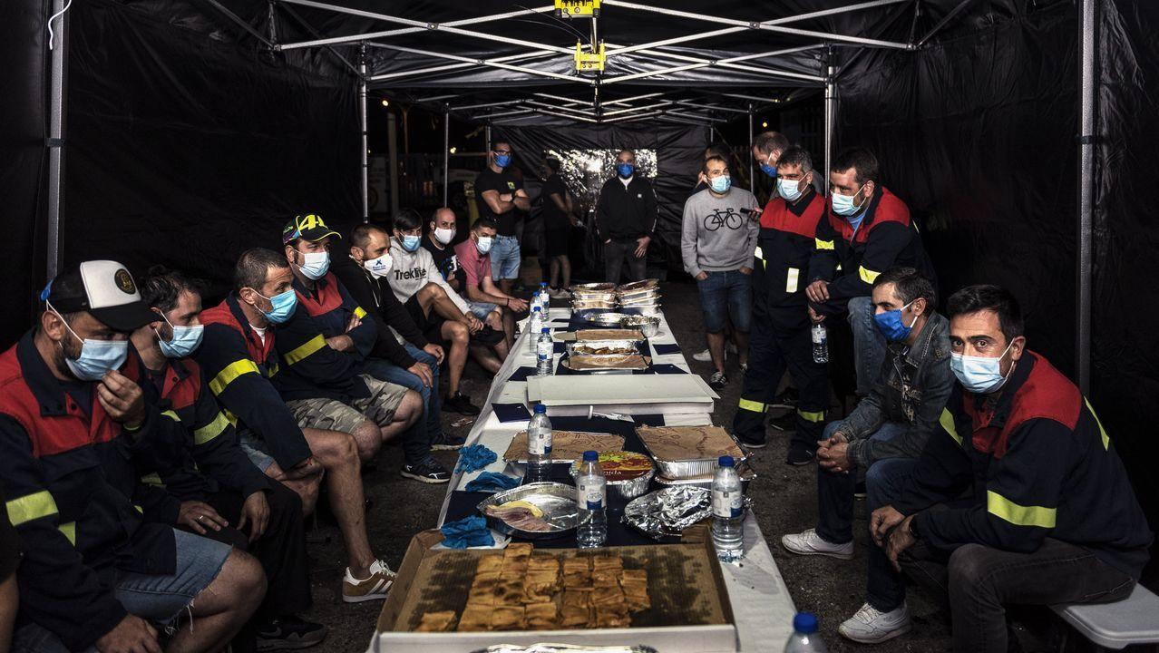 Asturias.Familias de los trabajadores que montan guardia en la carpa instalada en la entrada de la fábrica, este jueves a mediodía
