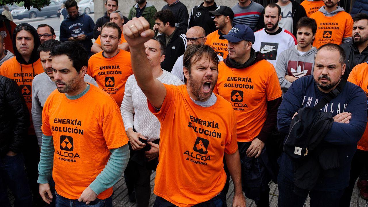 Los trabajadores de la planta de A Coruña se encerraron en la Delegación del Gobierno para exigir al Ministerio de Industria que avale la operación