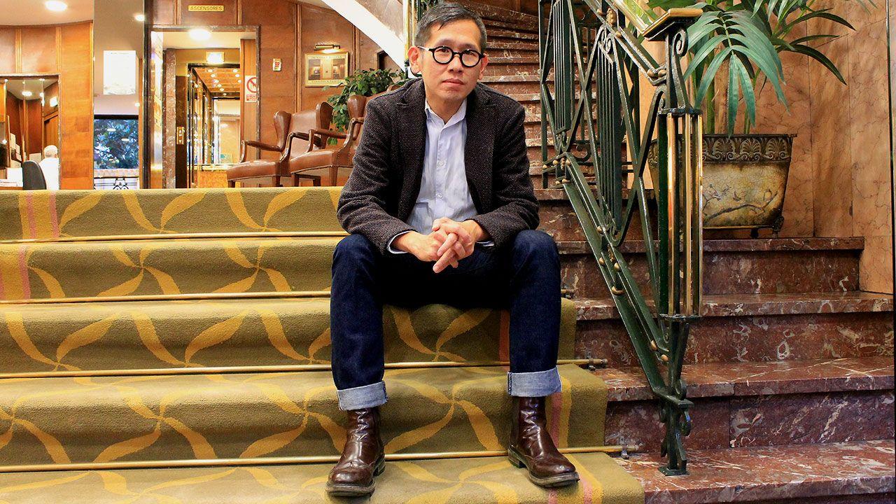 Dennis Lim, en las escaleras del hotel Hernán Cortés de Gijón