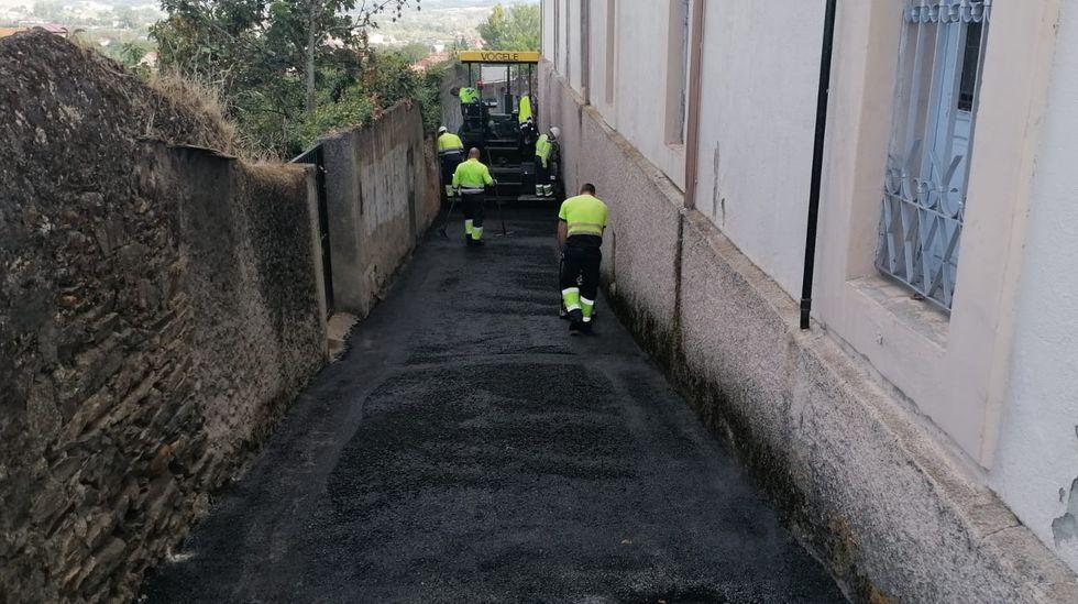 Obras de pavimentación de la Costa da Pena en las proximidades de la fundación educativa Torre de Lemos